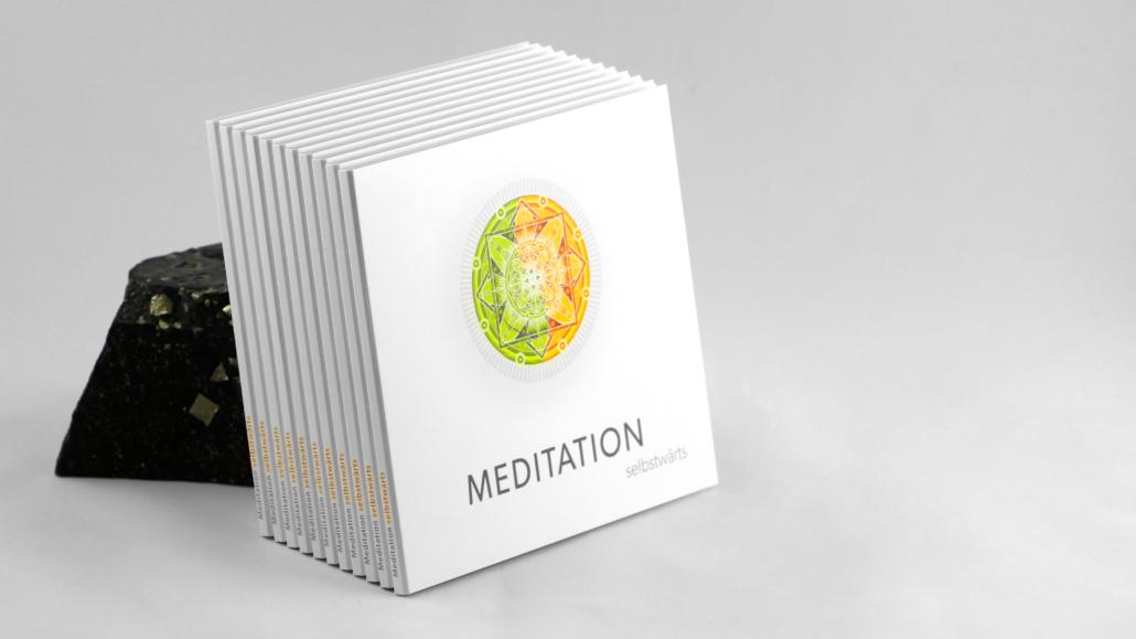 Foto CD-Stapel an einen Stein gelehnt - Meditation selbstwärts