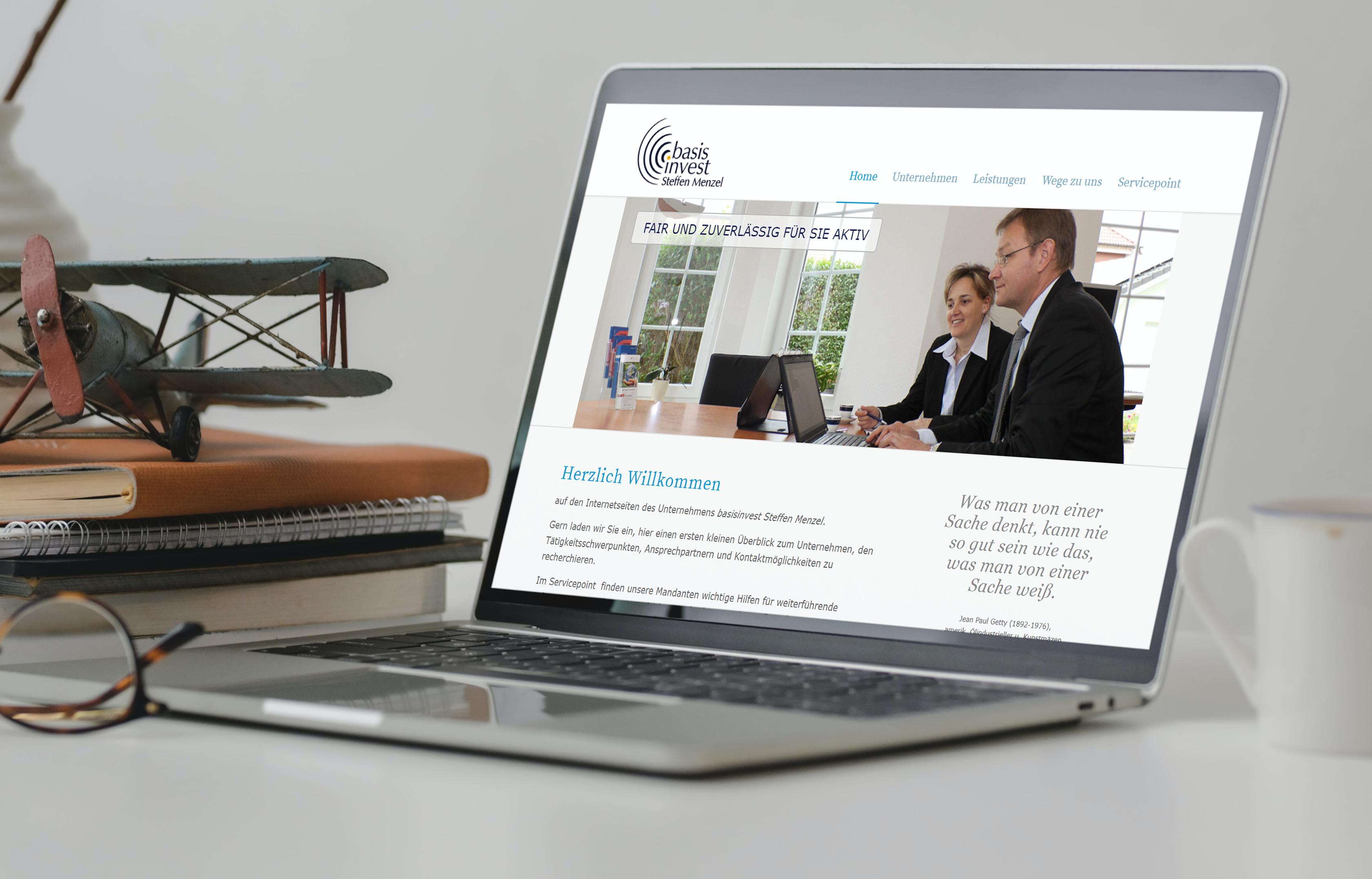 Laptop mit Startseite - basisinvest