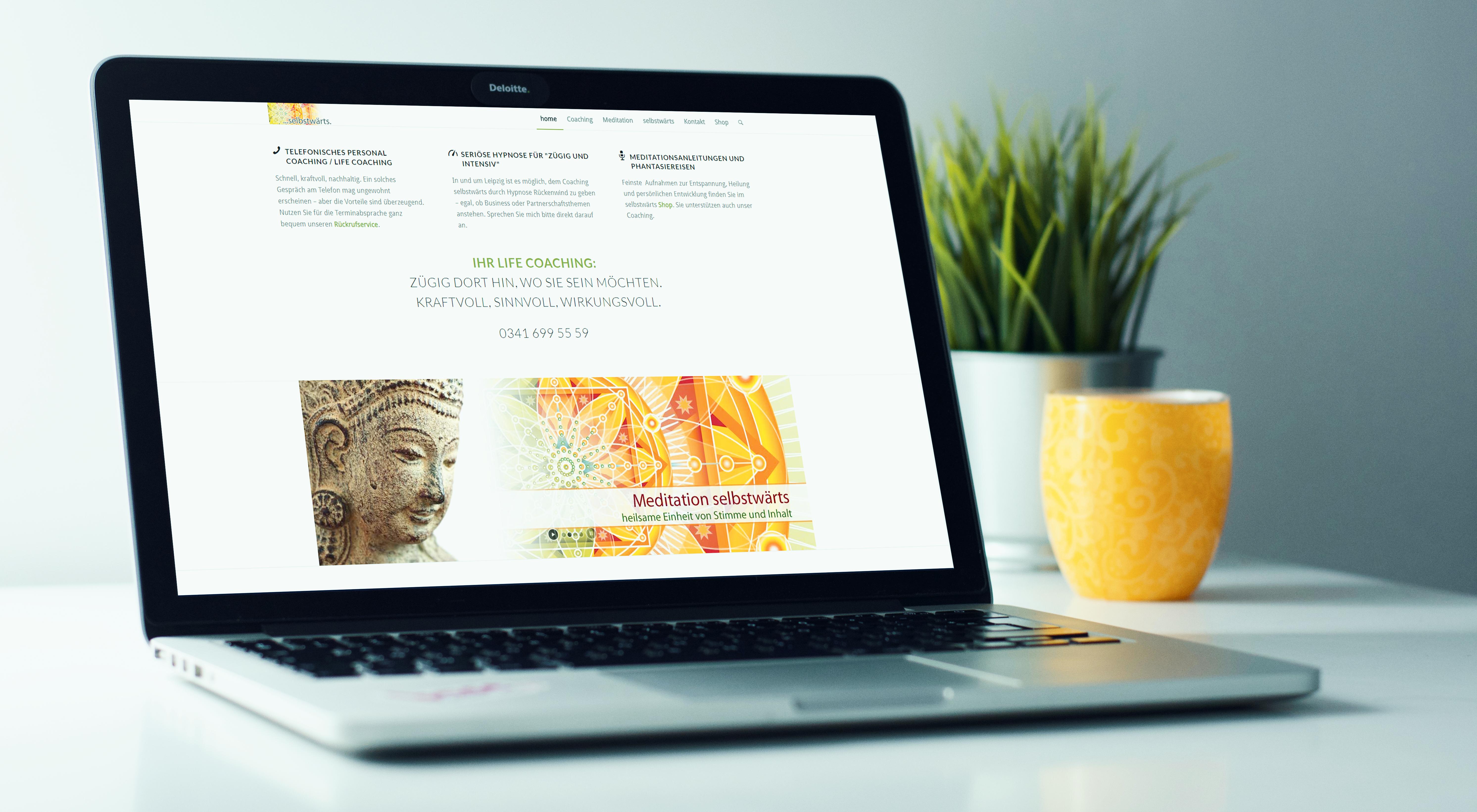 Laptop mit Website - Meditation selbstwärts
